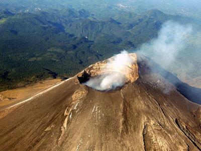 На вершине вулкана Попокатепетль произошел мощный взрыв. Видео