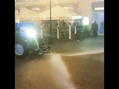 Ночью в Москве трактор поливал асфальт во время ливня. Видео