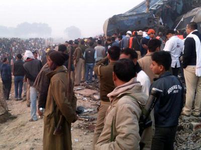 Индия: в покореженных вагонах остаются люди