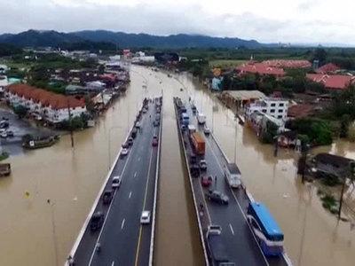Наводнение в Тайланде: туристы острова Самуи стали заложниками стихии