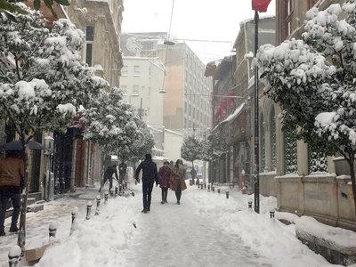В Стамбуле из-за снегопада сократили рабочий день