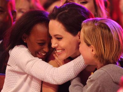 Биологическая мать приемной дочери Джоли хочет встретиться с девочкой спустя 12 лет