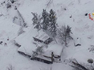 Чудо: спасенных в засыпанном лавиной отеле уже 8, в том числе дети. Видео