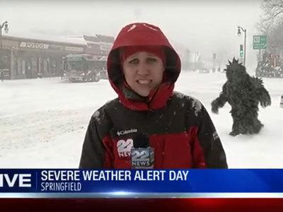 """""""Снежный человек"""" сорвал телерепортаж о погоде. Видео"""