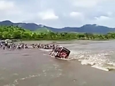 Перуанский водитель едва не утопил автобус с пассажирами в реке, вышедшей из берегов