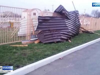 На Кубани ураган срывает крыши, в Волгодонске валит памятники. Видео