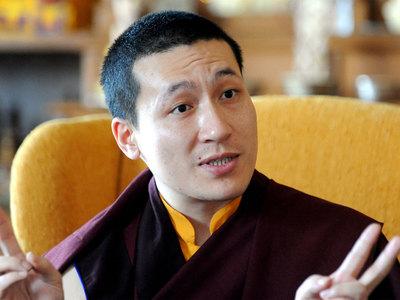 Буддийский лидер ушел из монашества ради женитьбы