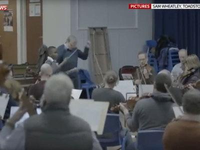 11-летнему школьнику доверили дирижировать оркестром из 75 человек. Видео