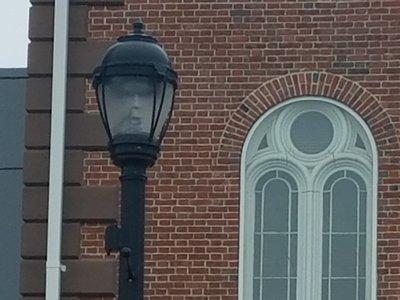 Пользователей Интернета ужаснуло лицо в уличном фонаре