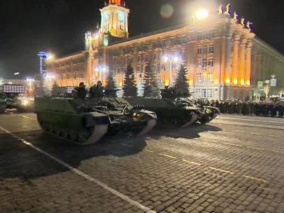 В Екатеринбурге прошла первая ночная репетиция Парада Победы