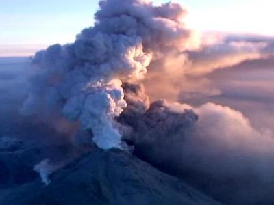 На Камчатке вулкан Ключевской выбросил столб пепла на шесть километров