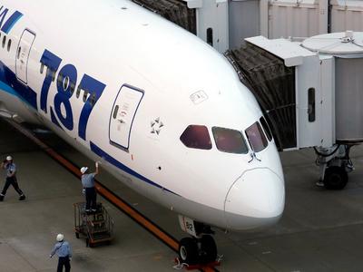 Dreamliner с отказавшим двигателем пытается сесть в Братске