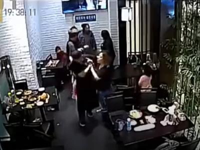 Посетители ресторана подрались из-за непослушной девочки. Видео
