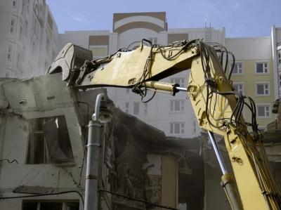 Пыль при сносе пятиэтажек будут удерживать сеткой и водой