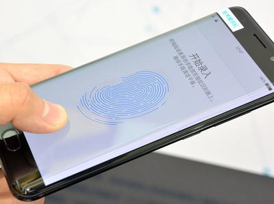Vivo раньше Apple разместила сканер отпечатков под экраном смартфона
