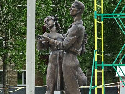 """В Сергиевом Посаде возмущены """"сексуальным"""" памятником с выпускницей 1941 года"""
