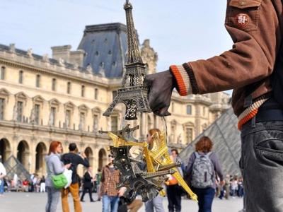 Торговец сувенирами избил полицейских миниатюрными Эйфелевыми башнями