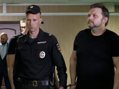 Экс-губернатора Белых доставили в зал суда под наблюдением ротвейлера