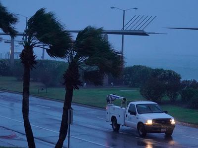 """Ураган """"Харви"""" обрушил здание в Рокпорте: несколько человек заблокированы"""