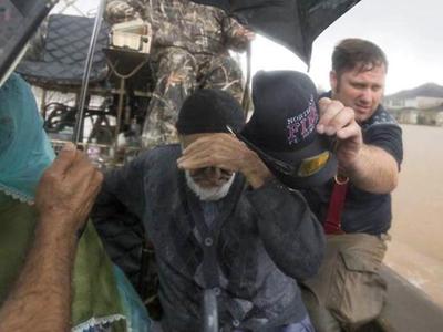 """Ураган """"Харви"""": эвакуация дома престарелых и крокодилы на дорогах"""