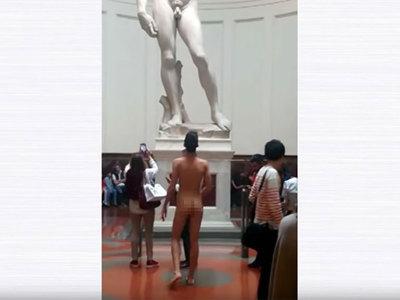 Нудист-рецидивист разделся перед статуей Давида в музее