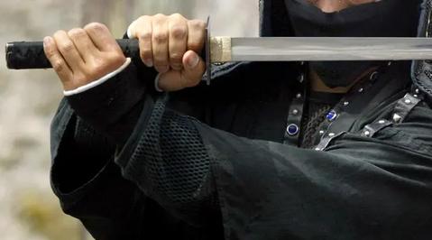 Мужчина попросил у суда провести поединок на самурайских мечах с женой, чтобы уладить спор