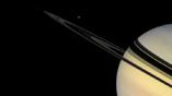 Мимас можно увидеть как слабый проблеск под кольцами Сатурна