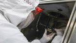 Кац размещает бумагу внутри электронно-лучевого испарителя
