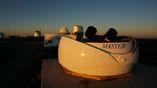 Российский телескоп-робот МАСТЕР-SAAO в ЮАР на фоне самого большого в Южном полушарии телескопа SALT с зеркалом диаметром 10,4 метра (левее вдали)