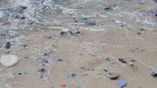 Пластиковый мусор на пляже острова Рождества в Индийском океане