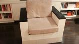 Кресло, собранное из пластиковых блоков