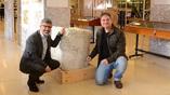Археологи Гиль Гамбаш и Ассаф Ясур-Ландау (справа) рядом с камнем Гаргилия Антиква. Фото: Jenny Carmel
