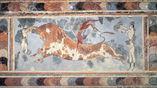 """Фреска """"Игра с быком"""" из Кносского дворца минойской цивилизации."""