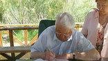 Борис Николаевич остался на веранде, ему поднесли стул и здесь же дали гостевую книгу, где он оставил свою последнюю благодарственную запись