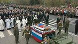 Под колокольный звон в сопровождении эскорта мотоциклистов траурный кортеж направляется к Новодевичьему кладбищу