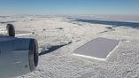На этом фото учёные запечатлели чуть менее прямоугольный айсберг и айсберг A68 вдалеке.