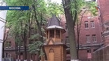 Воссоздана  деревянная звонница во дворе тюрьмы  - здесь и крестятся, и причащаются, даже венчание недавно было