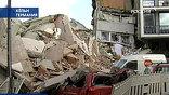 Здание, в котором были ценнейшие исторические документы, обрушилось в сторону улицы, зацепив два соседних дома