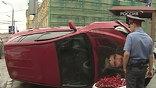 Красный RAV4 подсек Land Rover, а после столкновения завалился на бок и по диагонали отлетел в будку ДПС.