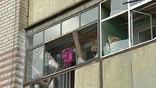 На месте взрыва склада пиротехники в Воронеже в основном завершены работы по разбору завалов, начался вывоз мусора. Параллельно начались работы по ремонту жилого дома, пострадавшего от взрыва. Жителям разрешили вернуться в дом