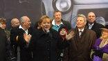 Во дворце Бельвю - это резиденция президента Германии - проходит торжественный прием. На нем присутствуют мировые лидеры, которые приехали в Берлин отметить эту особую дату. Среди них - президент Дмитрий Медведев.