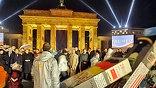 20 лет назад был разрушен главный символ холодной войны - Берлинская стена. Фото AP