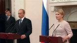 В знаменитом Ливадийском дворце - снова большая политика. Сегодня здесь общаются руководители правительств стран СНГ, а накануне до глубокой ночи шли переговоры премьеров Путина и Тимошенко.