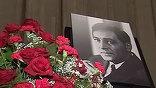 Страна простилась с Вячеславом Тихоновым. На гражданской панихиде в Доме кино сцена утопала в цветах. Поклонники провожали в последний путь любимого актера
