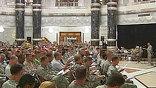 Не все американцы смогли на праздник увидеть своих близких. На военных базах США в Афганистане и Ираке есть все атрибуты Рождества - украшенные ёлки, колпаки Санта-Клауса и торжественный ужин. Но солдаты и офицеры мечтают о том, чтобы вернуться домой.