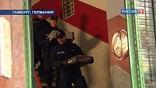 Полицейские вскрыли двери, зашли внутрь и вскоре стали выносить оттуда документы и компьютеры