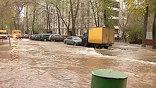 """На северо-востоке Москвы целый квартал ушёл под воду. На улице Маломосковская (это между станциями метро """"Алексеевская"""" и """"ВДНХ"""") лопнул магистральный водопровод. В считаные секунды затопило подвалы домов, машины, магазины и кафе"""