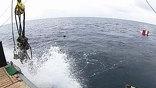 Рубка и перископы над водой - испанская субмарина. В пятидесяти морских милях от Картахены, по сценарию учений, на этой лодке произошла авария и она ложится на дно. Спасти её предстоит российским кораблям.