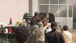 """Над зданием поднят революционный триколор. По данным канала """"Аль-Джазира"""", отряды оппозиции продолжают занимать квартал Баб эль-Азизия - последний оплот сил полковника."""