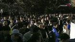 Сторонники Асахары раздают листовки, перед зданием суда - толпы любопытных и съёмочные группы всех каналов